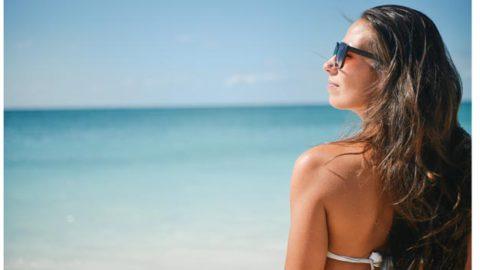 Sol, arena, sal, cloro…. ¿Enemigos de tu pelo en verano?